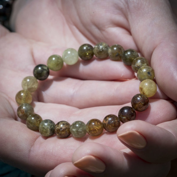 Браслет из граната гроссуляр (зеленый) на резинке: камень 8 мм