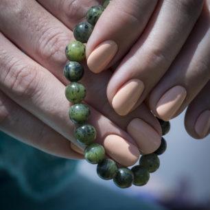 Браслет из зеленого Байкальского нефрита на резинке: камень 8 мм