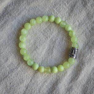 Браслет из зеленого оникса c руной на резинке: бусины 8 мм, круглые, глянец