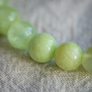 Браслет из зеленого оникса на резинке: бусины 8 мм, круглые, глянец